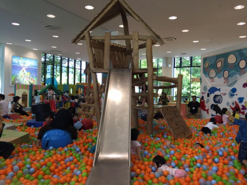 暑さも雨もへっちゃら!キッズ&ファミリー向けの「シェーキーズ」でランチ&室内遊び場「キドキド」で遊ぶ親子おでかけコース