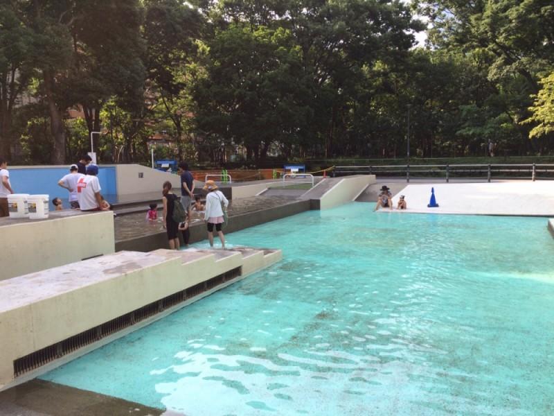 夏の都心で水遊び!無料で楽しめる「新宿中央公園」のジャブジャブ池で遊ぶ親子おでかけコース