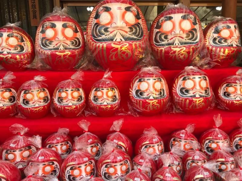 春を告げる伝統の願掛け行事!深大寺で日本三大だるま市とそばを楽しむおでかけコース