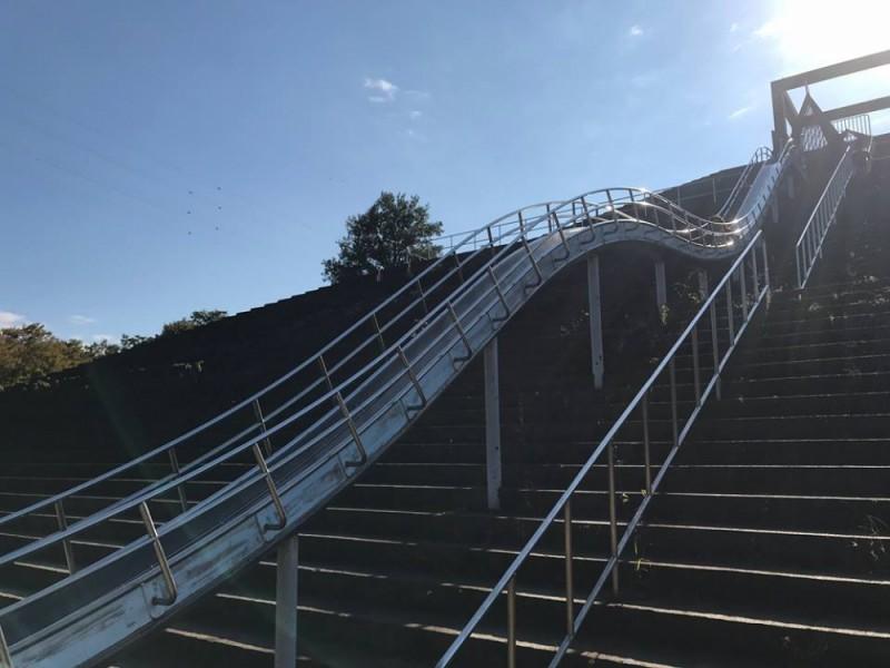 長〜い滑り台に子どもたち大興奮!ピラミッドの形をした秋葉台公園と自然食ランチを楽しむ親子おでかけコース