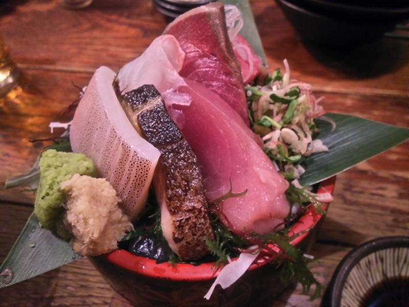明大前グルメを満喫!「ハイ!ママヨシ」の有名肉まんと冬のはしご酒を楽しむ食べ歩きコース