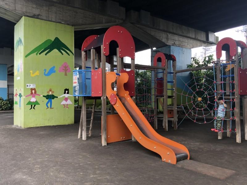富士見ヶ丘で雨の日も遊ぼう!高架下の公園「松葉山公園」で遊んで地元グルメも楽しむ親子おでかけコース
