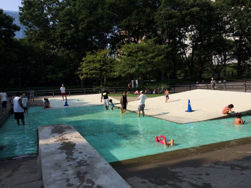 【13:30】「新宿中央公園」のジャブジャブ池で思いっきり遊ぶ!