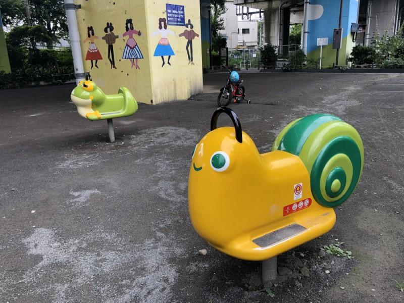 【14:00】高架下にある「松葉山公園」で遊ぶ