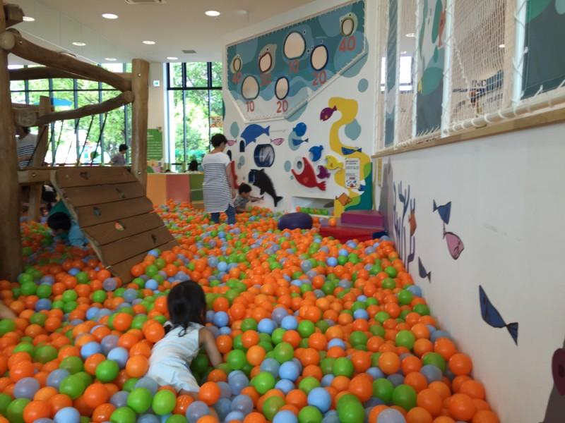 【12:50】ボーネルンドが運営する室内あそび場「キドキド」で子どもも大人も大はしゃぎ