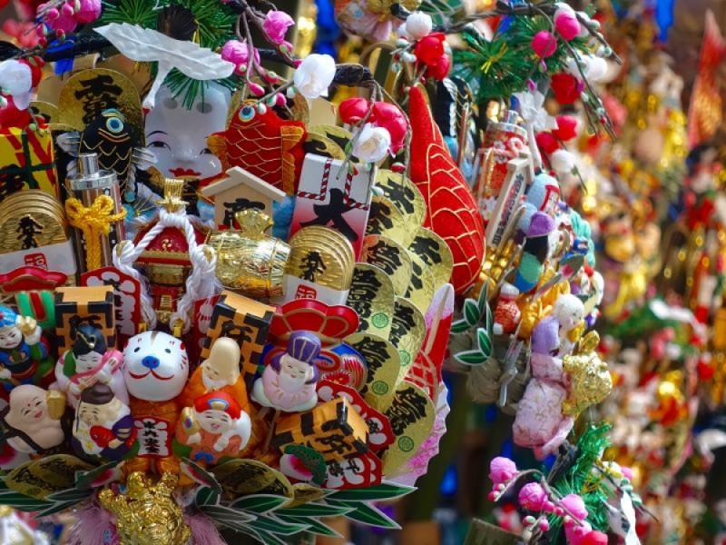 【12:50】「大國魂神社」の参道で熊手をチェック