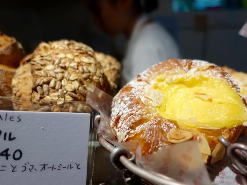 【14:30】「カタネベーカリー」でたくさんのパンを購入