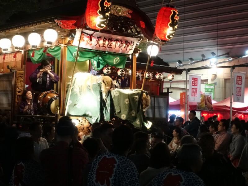 【18:10】府中のシンボル「けやき並木通り」の山車を見物、「府中囃子」の競演を楽しむ