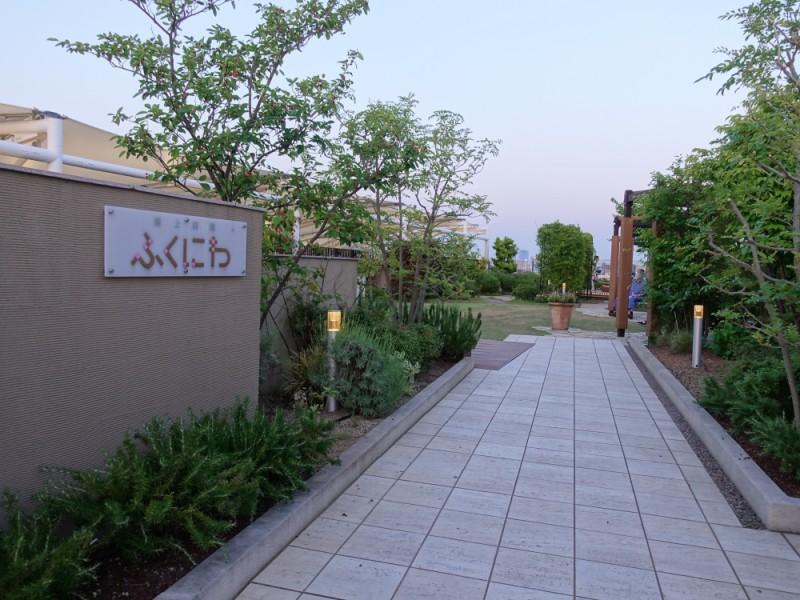 【18:20】「京王リトナード永福町」の屋上庭園「ふくにわ」からの夜景を楽しむ