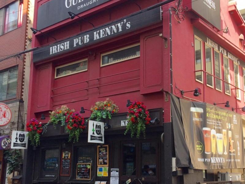 【15:00】「IRISH PUB KENNY's(アイリッシュパブケニーズ)」で海外クラフトビールと名物のロティサリーチキンをいただく!