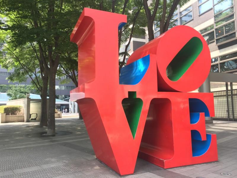 【11:10】SNS映え間違いなし!新宿アイランドタワーの「LOVE」オブジェ前で記念撮影