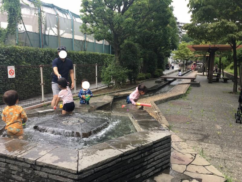 【10:20】まるでプール!穴場の「烏山川緑道 じゃぶじゃぶ池」で水遊びタイム