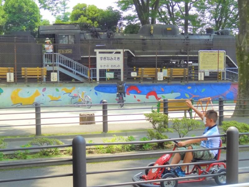 自転車の練習にぴったりな「杉並児童交通公園」と大型遊具のある親子カフェで一日遊び尽くす親子おでかけコース