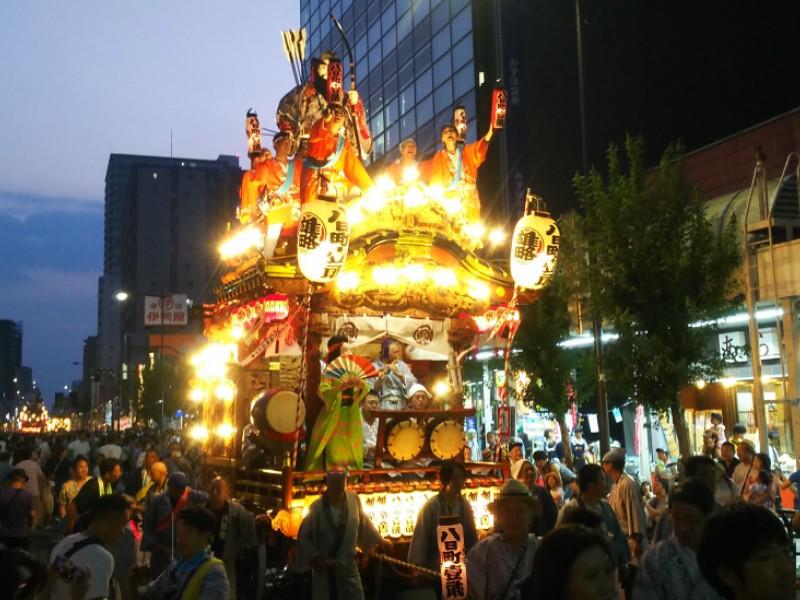 【18:30】「山車巡行・神輿渡御」の見学、「八王子まつり」のハイライト!
