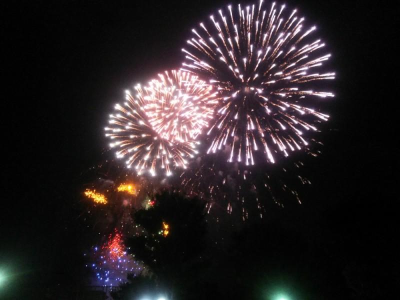 【18:30】公園の高台側で花火大会鑑賞
