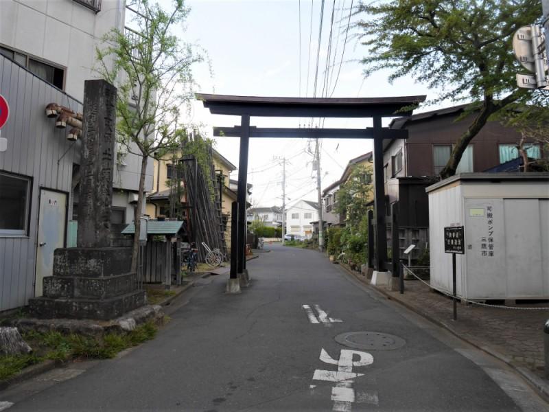 【12:30】「井の頭弁財天」への参道入り口に立つ「黒門」へ