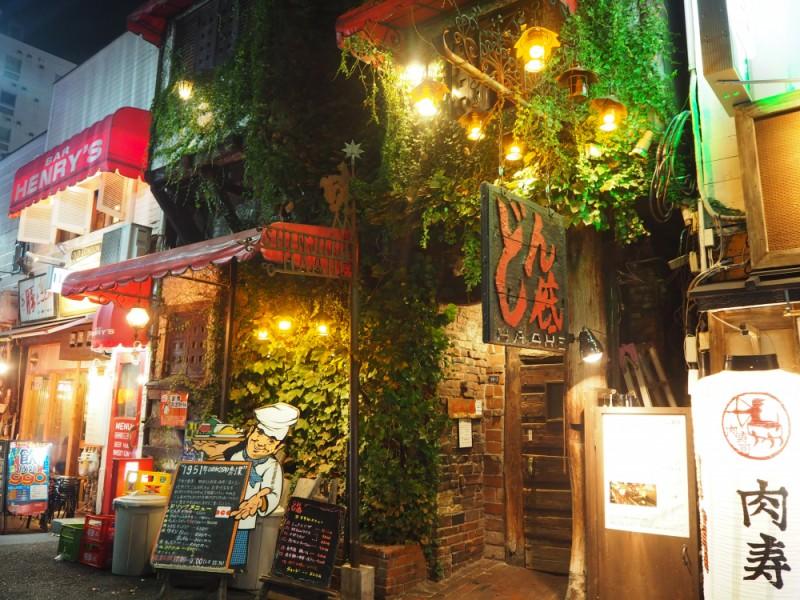【19:00】「どん底」で昭和ノスタルジックな雰囲気を楽しみながらディナータイム