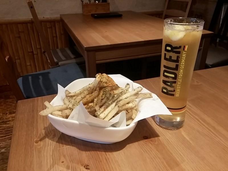 クラフトビールの醸造所を持つビアバーや角打ち体験ができるお店を巡る、下北沢はしご酒コース