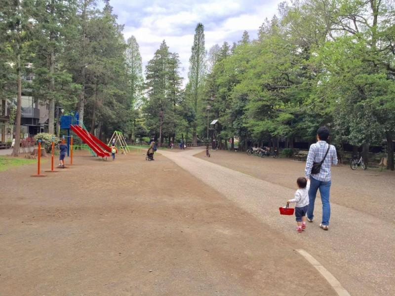 【10:30】まずは「井の頭恩賜公園」の最東端の遊具広場でひと遊び