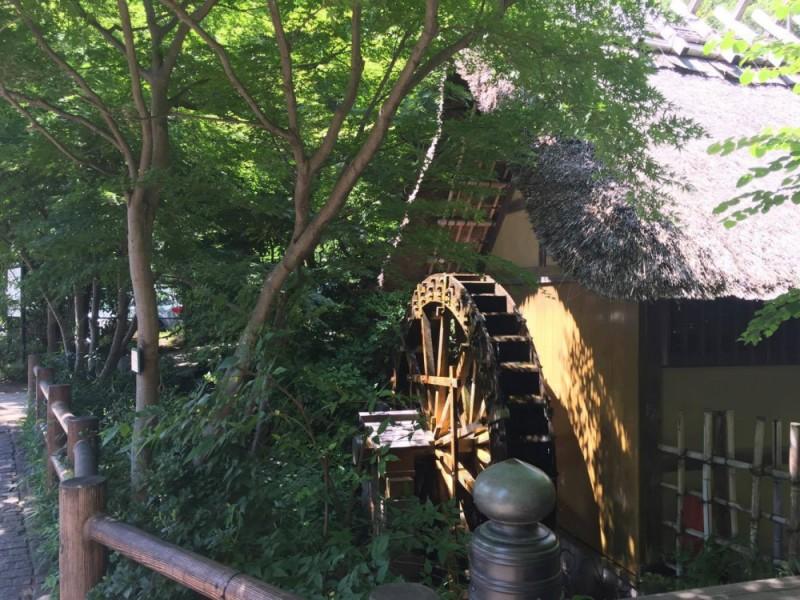 【14:00】食べ歩きも楽しめる深大寺参道。「深大寺水車館」が涼を添える